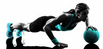 Σκιαγραφία ασκήσεων σφαιρών ιατρικής ικανότητας γυναικών Στοκ φωτογραφία με δικαίωμα ελεύθερης χρήσης