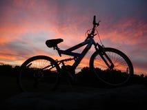 σκιαγραφία βουνών ποδηλά&t Στοκ Εικόνα