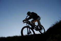 σκιαγραφία βουνών ποδηλατών Στοκ εικόνα με δικαίωμα ελεύθερης χρήσης