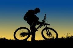 σκιαγραφία βουνών ποδηλατών Στοκ φωτογραφία με δικαίωμα ελεύθερης χρήσης
