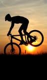 σκιαγραφία βουνών ποδηλ&al Στοκ εικόνα με δικαίωμα ελεύθερης χρήσης
