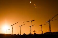 Σκιαγραφία γερανών ενός μεγάλου εργοτάξιου οικοδομής Στοκ φωτογραφία με δικαίωμα ελεύθερης χρήσης