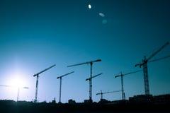 Σκιαγραφία γερανών ενός μεγάλου εργοτάξιου οικοδομής Στοκ εικόνα με δικαίωμα ελεύθερης χρήσης