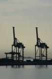 Σκιαγραφία γερανών λιμενικών εμπορευματοκιβωτίων Στοκ φωτογραφία με δικαίωμα ελεύθερης χρήσης