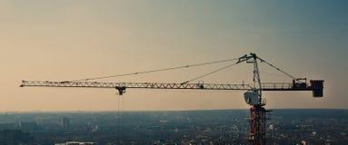 Σκιαγραφία γερανών πύργων στην περιοχή κατασκευής Στοκ Φωτογραφία