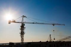 Σκιαγραφία γερανών πύργων στην περιοχή κατασκευής Στοκ εικόνες με δικαίωμα ελεύθερης χρήσης
