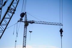 Σκιαγραφία γερανών πύργων στο εργοτάξιο οικοδομής Στοκ φωτογραφίες με δικαίωμα ελεύθερης χρήσης