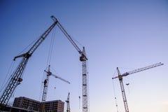 Σκιαγραφία γερανών πύργων στο εργοτάξιο οικοδομής Στοκ φωτογραφία με δικαίωμα ελεύθερης χρήσης
