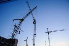 Σκιαγραφία γερανών πύργων στο εργοτάξιο οικοδομής Στοκ Εικόνες