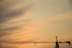 Σκιαγραφία γερανών στο ηλιοβασίλεμα Στοκ φωτογραφία με δικαίωμα ελεύθερης χρήσης