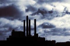 Σκιαγραφία εγκαταστάσεων ενεργειακής παραγωγής ενέργειας Στοκ εικόνες με δικαίωμα ελεύθερης χρήσης