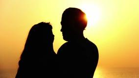 Σκιαγραφία ενός αγαπώντας ζεύγους, φιλί της θάλασσας στο ηλιοβασίλεμα απόθεμα βίντεο