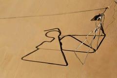 Σκιαγραφία ενός αγγέλου και μιας σκιάς στον τοίχο Στοκ Φωτογραφία