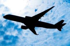 Σκιαγραφία ενός αεροπλάνου σε έναν ηλιόλουστο ουρανό Στοκ φωτογραφία με δικαίωμα ελεύθερης χρήσης