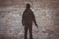 Σκιαγραφία ενός ατόμου με ένα πυροβόλο όπλο Στοκ εικόνες με δικαίωμα ελεύθερης χρήσης