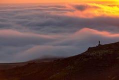 Σκιαγραφία ενός ατόμου στην κορυφογραμμή επάνω από τη θάλασσα των σύννεφων, misty βουνά στο ηλιοβασίλεμα στην Ισλανδία στοκ φωτογραφίες με δικαίωμα ελεύθερης χρήσης