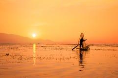 Σκιαγραφία ενός βιρμανού ψαρά στη βάρκα μπαμπού στο ηλιοβασίλεμα Λίμνη Inle, το Μιανμάρ Βιρμανία, προορισμός ταξιδιού στοκ φωτογραφίες με δικαίωμα ελεύθερης χρήσης
