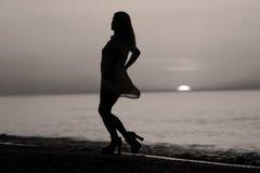 Σκιαγραφία ενός γυναικείου χορού Στοκ εικόνα με δικαίωμα ελεύθερης χρήσης