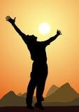 Σκιαγραφία ενός ευτυχούς ατόμου, ηλιοβασίλεμα Στοκ εικόνες με δικαίωμα ελεύθερης χρήσης
