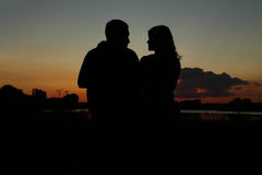 Σκιαγραφία ενός ζεύγους ερωτευμένου στοκ εικόνες