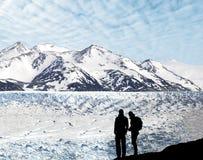 Σκιαγραφία ενός ζεύγους που θαυμάζει την όμορφη άποψη του παγετώνα. στοκ φωτογραφία με δικαίωμα ελεύθερης χρήσης