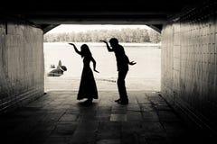 Σκιαγραφία ενός ζεύγους σε μια σήραγγα Στοκ Εικόνες