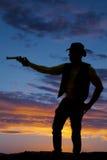 Σκιαγραφία ενός κάουμποϋ με ένα πιστόλι που δείχνεται την πλευρά Στοκ φωτογραφίες με δικαίωμα ελεύθερης χρήσης