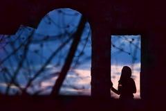 Σκιαγραφία ενός κοριτσιού με ένα κερί Στοκ Εικόνα