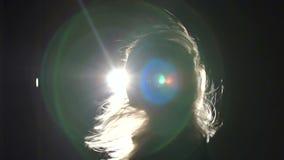 Σκιαγραφία ενός κοριτσιού με την κυματίζοντας τρίχα στο σκοτάδι απόθεμα βίντεο
