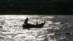Σκιαγραφία ενός μικρού ξύλινου αλιευτικού σκάφους με τους ψαράδες που κινούνται θαλασσίως Ταϊλάνδη Ασία φιλμ μικρού μήκους