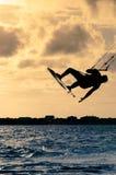 Σκιαγραφία ενός πετάγματος kitesurfer Στοκ φωτογραφία με δικαίωμα ελεύθερης χρήσης
