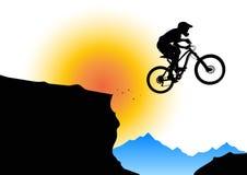 Σκιαγραφία ενός ποδηλάτη που πηδά από την προεξοχή βουνών απεικόνιση αποθεμάτων