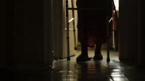 Σκιαγραφία ενός πολύ ηλικιωμένου περπατήματος γυναικών απόθεμα βίντεο