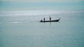 Σκιαγραφία ενός ψαρά στη βάρκα απόθεμα βίντεο