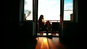 Σκιαγραφία ενός όμορφου κοριτσιού που μιλά στο κινητό τηλέφωνο της απόθεμα βίντεο