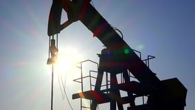 Σκιαγραφία εξαγωγής καυσίμων αντλιών πετρελαίου, ακτίνες ήλιων στο ηλιοβασίλεμα απόθεμα βίντεο