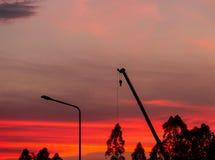 Σκιαγραφία εργοτάξιων οικοδομής στο υπόβαθρο ηλιοβασιλέματος στοκ εικόνες