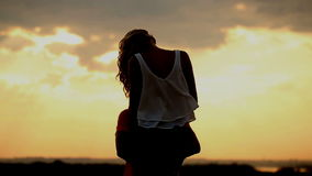 Σκιαγραφία ερωτευμένη στο ηλιοβασίλεμα Φιλί και αγκάλιασμα ρωμανικός φιλμ μικρού μήκους