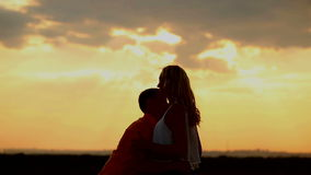 Σκιαγραφία ερωτευμένη στο ηλιοβασίλεμα Φιλί και αγκάλιασμα φιλμ μικρού μήκους