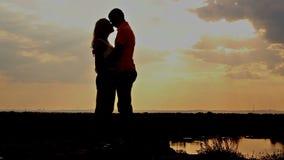 Σκιαγραφία ερωτευμένη στο ηλιοβασίλεμα φιλί φιλμ μικρού μήκους