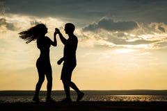 Σκιαγραφία ζεύγους που χορεύει στην παραλία Στοκ Εικόνα