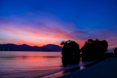 Σκιαγραφία ηλιοβασιλέματος των βράχων στον κόλπο στην Ταϊλάνδη Στοκ φωτογραφία με δικαίωμα ελεύθερης χρήσης
