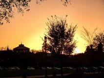 σκιαγραφία ηλιοβασιλέματος των κτηρίων και των δέντρων στοκ εικόνα με δικαίωμα ελεύθερης χρήσης
