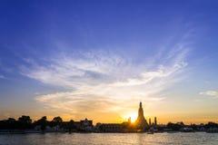 Σκιαγραφία ηλιοβασιλέματος Wat Arun & x28 Ναός Dawn& x29  είναι ορόσημο Στοκ Φωτογραφίες