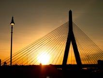Σκιαγραφία ηλιοβασιλέματος γεφυρών Hill αποθηκών Zakim Στοκ Εικόνα