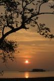 Σκιαγραφία ηλιοβασιλέματος στην παραλία στοκ φωτογραφίες με δικαίωμα ελεύθερης χρήσης
