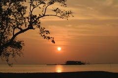 Σκιαγραφία ηλιοβασιλέματος στη θάλασσα στοκ εικόνα