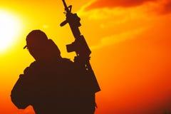Σκιαγραφία ηλιοβασιλέματος στρατιωτών Στοκ Εικόνα