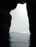 σκιαγραφία θάλασσας βράχ Στοκ φωτογραφίες με δικαίωμα ελεύθερης χρήσης