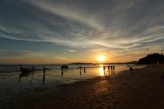 Σκιαγραφία και αντανάκλαση της βάρκας και των ανθρώπων ενάντια στον ουρανό ηλιοβασιλέματος ουρανού ηλιοβασιλέματος Στοκ Εικόνες